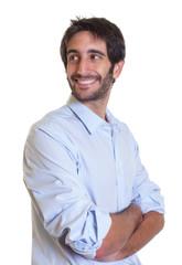 Mann mit schwarzen Haaren und Bart schaut sich um