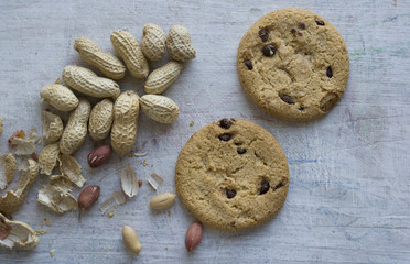 Round biscuits and raw peanuts