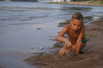 Мальчик играет на пляже