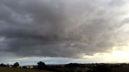 Belle nuvole su campagna, time lapse