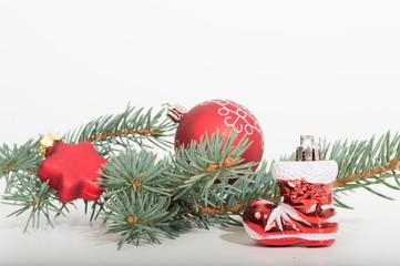 weihnachtsstiefel vor tannenzweig