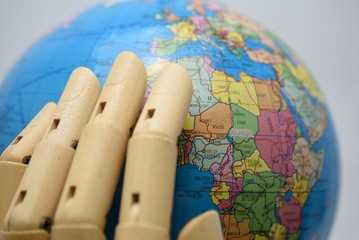 地球儀を包む手
