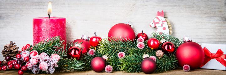 weihnachtsdeko mit kugeln und kerze