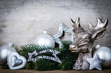 holzschild mit hirschgeweih und weihnachtsdeko