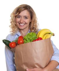 Frau mit blonden Haaren ernährt sich gesund