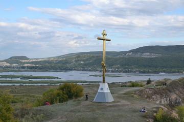 Золотой крест на горе