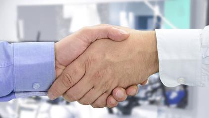 Hände beim Vertragsabschluss