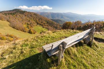 Banc sur les sommets en automne