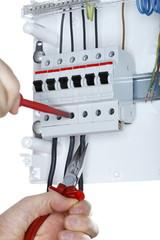 Arbeit am Elektroverteiler