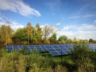 Solaranlage unter herbstlicher Sonne