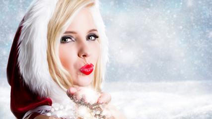 Weihnachtsfrau pustet Schnee