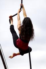 Femme montant à la corde dans un cirque.