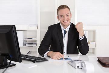 Junger Business Mann erfolgreich: Gehaltserhöhung