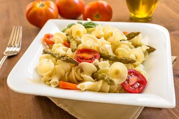 Gigli con pomodoro e asparagi, pasta italiana