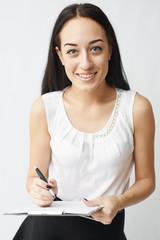 Молодая красивая девушка пишет
