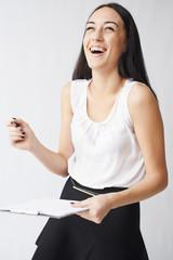Деловая девушка смеётся