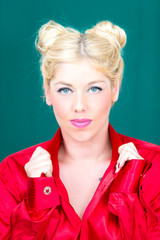 Blonde Frau mit rotem Hemd