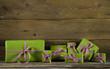 Viele grün rote Geschenke auf Holz Hintergrund als Gutschein