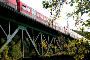 Zug auf Brücke