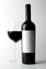 Garrafa de Vinho com Rótulo a Branco e Copo de Vinho