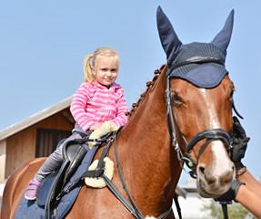 bébé et grand cheval