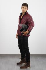 Hombre joven con casco
