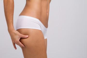 Mulher com Corpo saudável a verificar Celulite