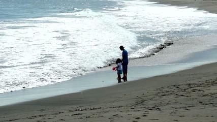 海岸で遊ぶ家族