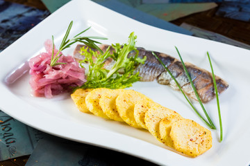 Herring with fried potatoes and red onions