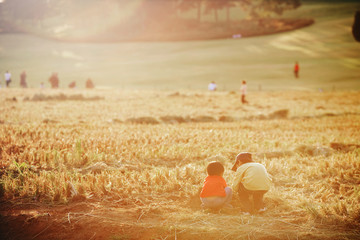 가을 햇살과 함께하는 형제