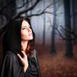 junge Hexe im Wald
