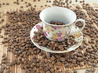 ziarna kawy w filiżance