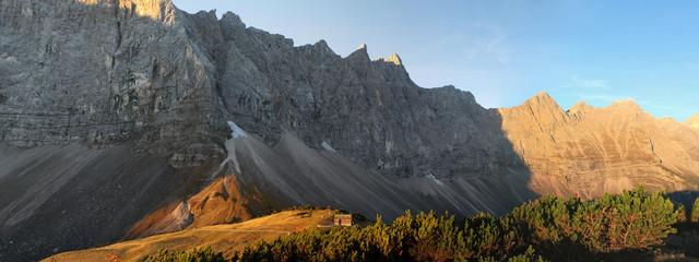 Panorama mit Falkenhütte vor Lalidererwand im Karwendelgebirge
