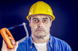 Heimwerker mit Handsäge