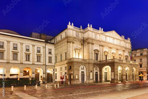 Zdjęcia na płótnie, fototapety, obrazy : Milan La Scala Left Rise