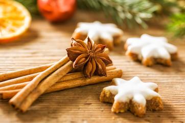Zimtsterne und weihnachtliche Gewürze
