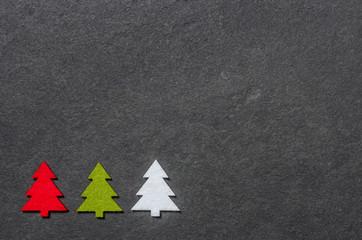 Schiefertafel mit drei Filzweihnachtsbäumen