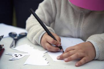 Bambino disegna