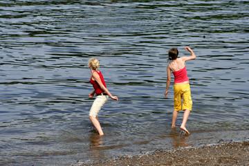 Steine werfen am Fluss