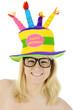 Frau trägt Hut mit Glückwünschen zum Geburtstag