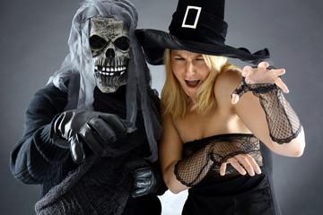 Skelett und Hexe zu Halloween