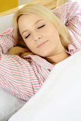 Twen in Pyjama schläft in Bett