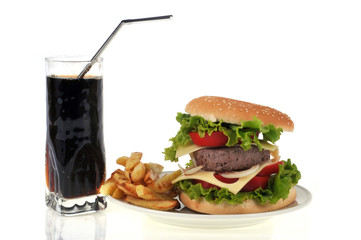 Assiette avec hamburger, frites et verre de soda