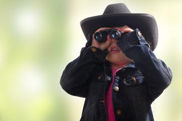 Kind mit Fernglas und Hut - farbiger Hintergrund