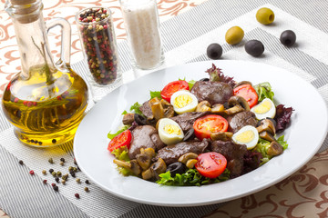 Fresh salad with chicken liver, mushrooms and vegetables.