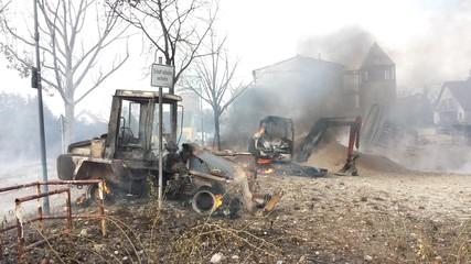 Nach einer Gasexplosion zerstörte Baumaschinen