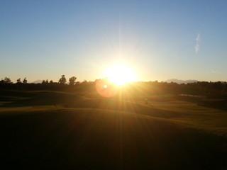 Sanfte Sonnenstrahlen auf Golfplatz