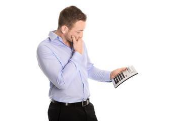 Schockierter Business Mann blickt auf steigende Kosten