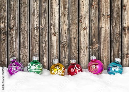 canvas print picture Bunte Weihnachtskugeln - Weihnachtsdeko vor Holzwand