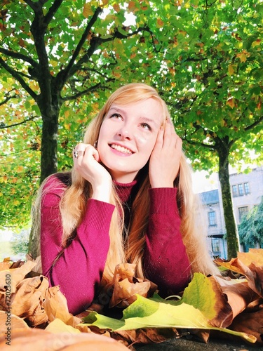 canvas print picture Hübsche Frau im Laub